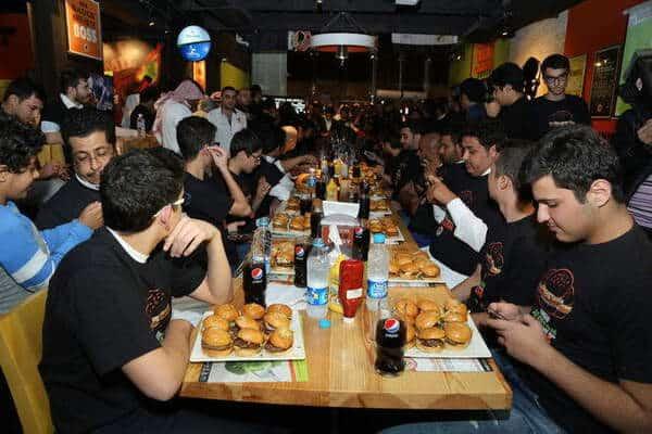 مطعم بافلو وينجز أند رينجز يقدم تحدي الميني برغر الأول في الرياض